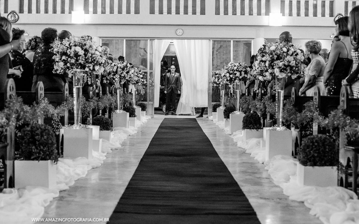Noivo entrando no casamento e a Fotografa de Casamento Fernanda Damasceno registrando cada momento