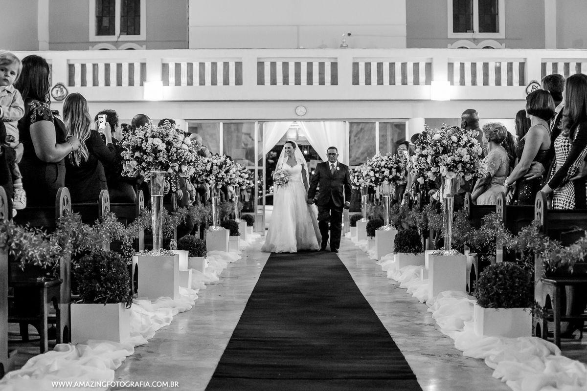 Casamento lindo e a noiva entrando com o registro da Amazing Fotografia