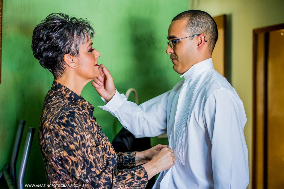 Noivo emocionado com sua mãe no making of do noivo