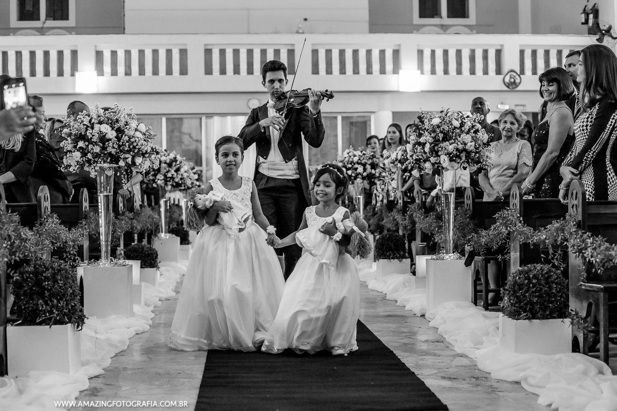Noivinhas entrando no casamento em que a Amazing Fotografia registrou