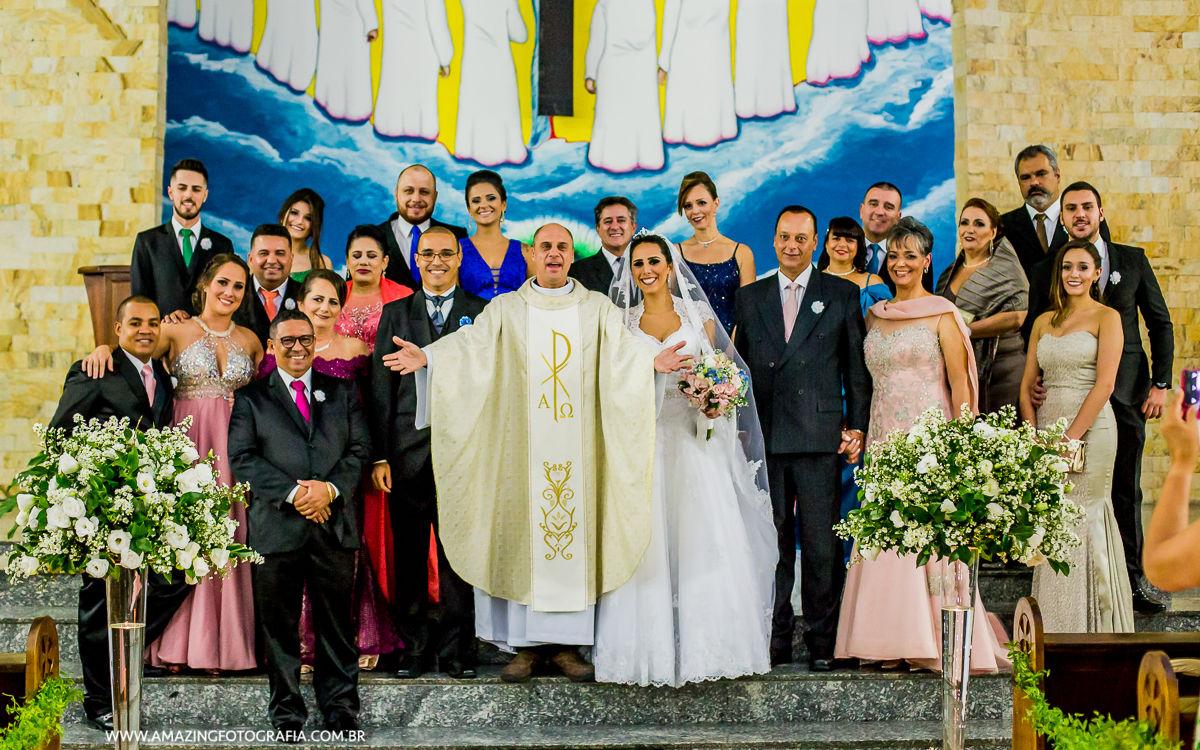 Padre posa para a Amazing Fotografia no casamento da Thamires e Marcus
