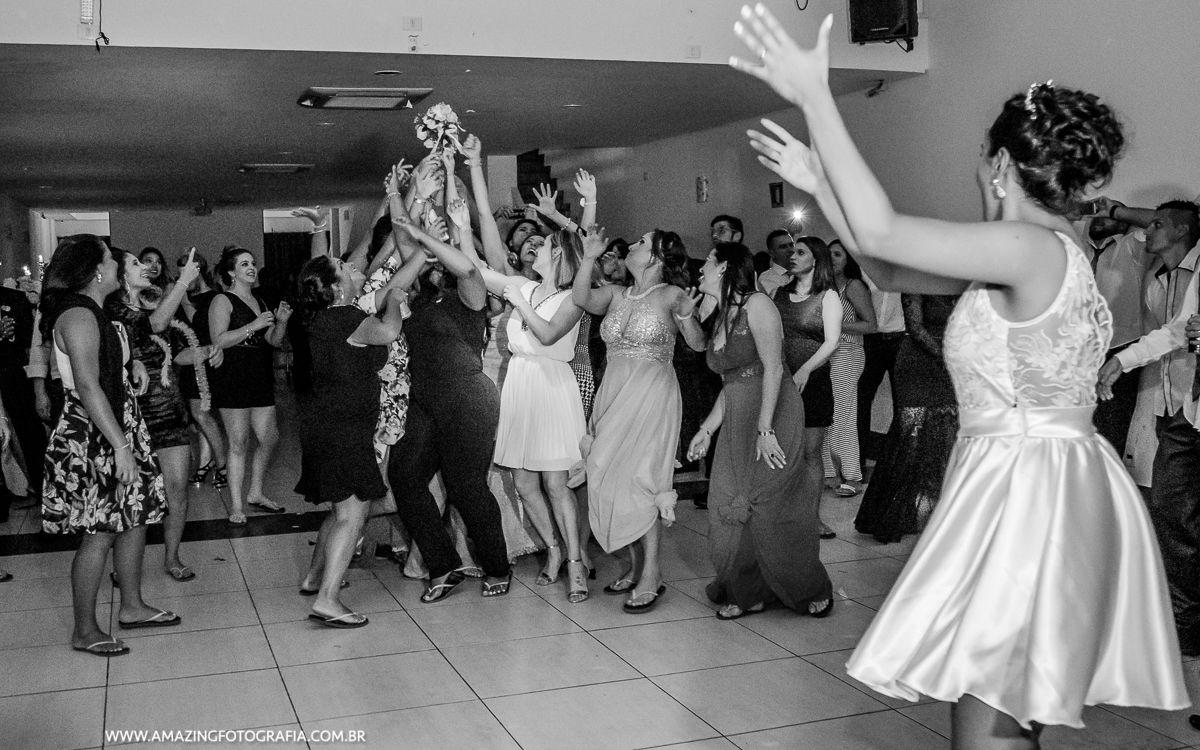 Fotografo de Casamento registrando o momento do Buquet