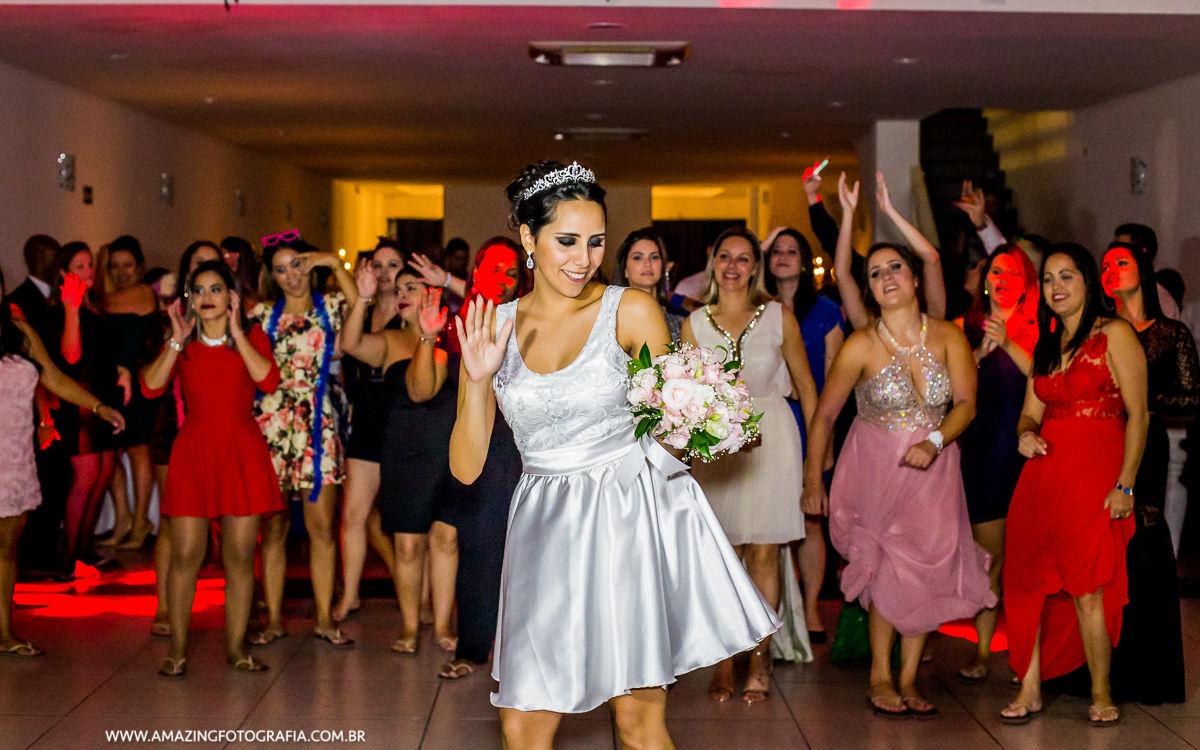 Fotografo de Casamento registrando o momento do Buquet no Buffet Mansão Marion