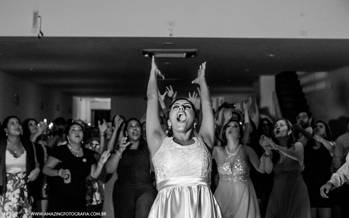Noiva Show no momento da fotografia de casamento no momento do buquet