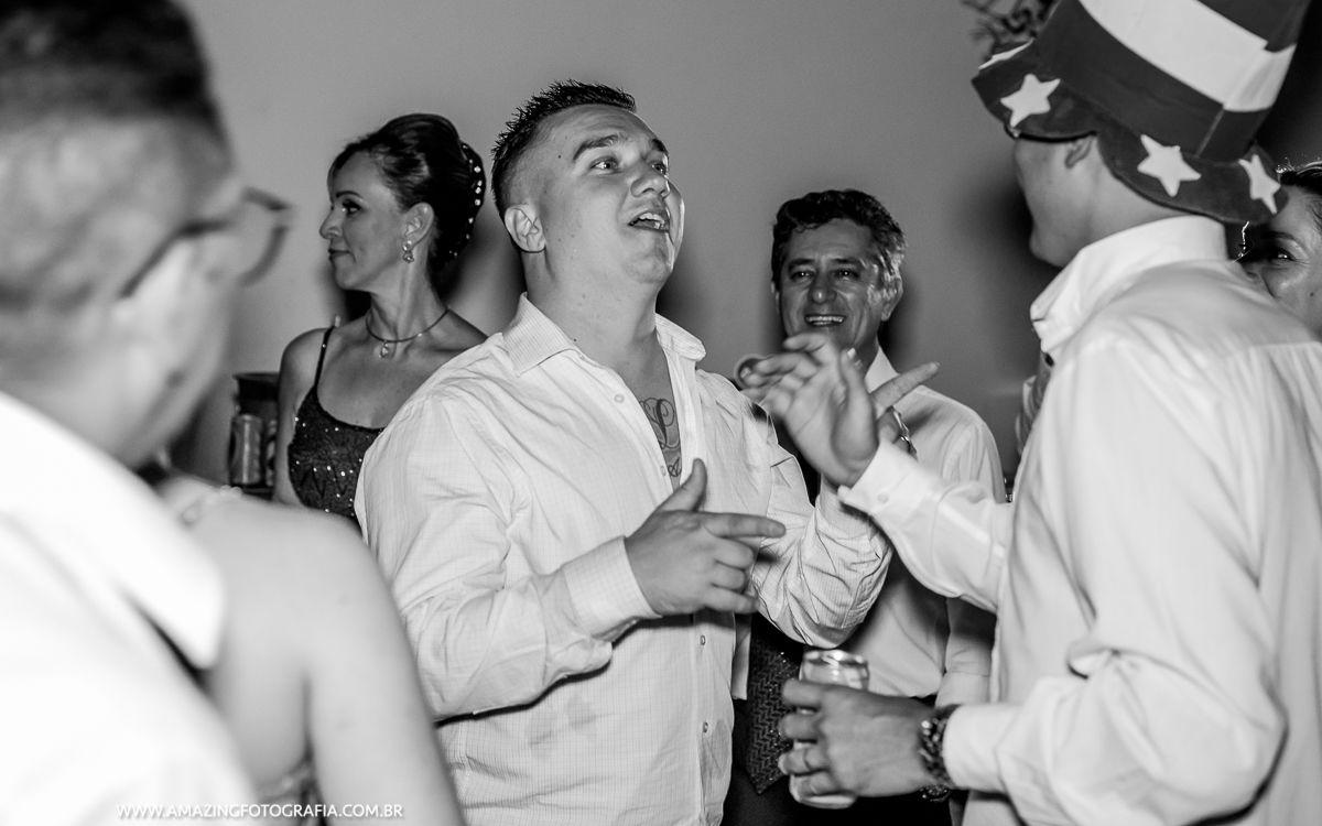 Fotografo de Casamento registra o momento de amizade do noivo.