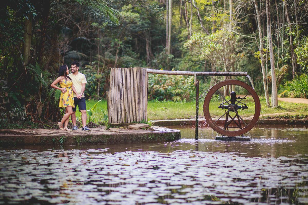 Casal sendo fotografado pela Amazing Fotografia