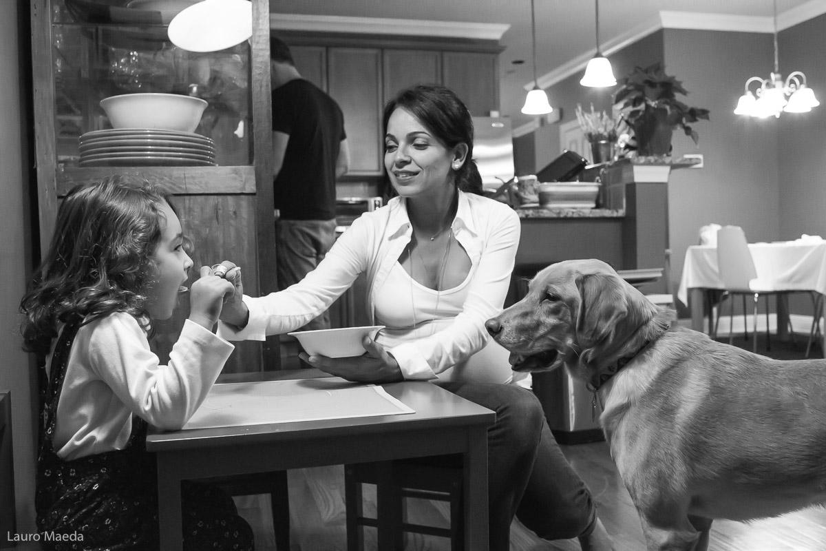 Monica dando comida para a Clara