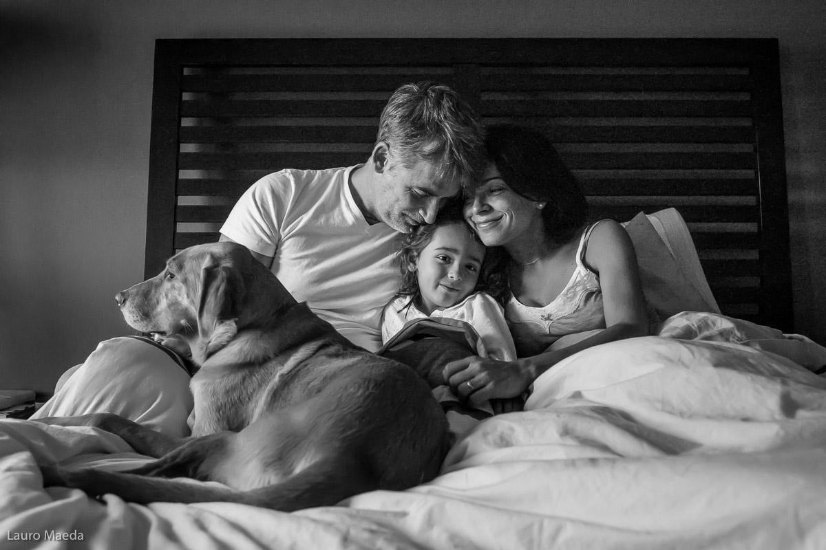 Fabio, Monica, Clara e Dolce na cama pela manhã