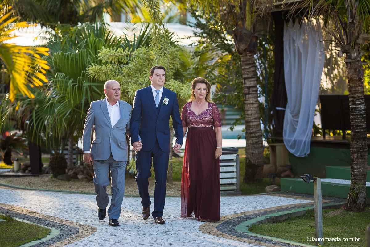 O noivo Raphael e seus pais seguindo para a cerimônia