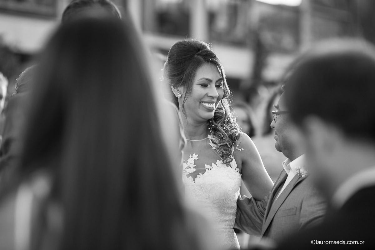 Ingrid sorrindo para o pai antes de dizer o sim
