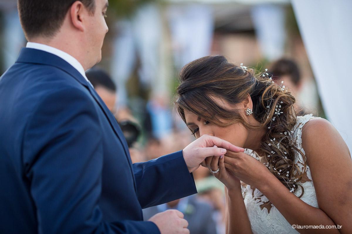 O beijo da noiva Ingrid na aliança do noivo Raphael