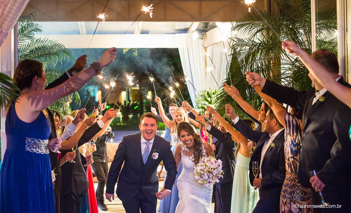 A entrado dos noivos na festa de casamento