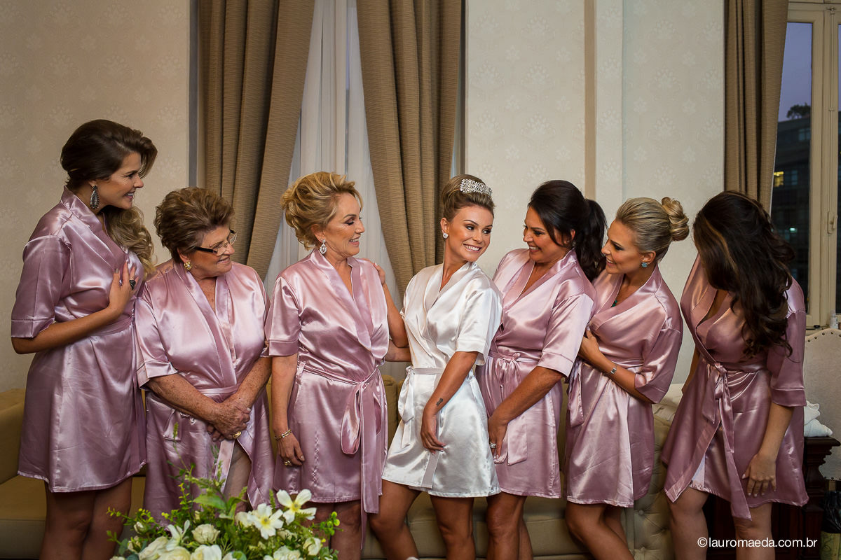 A noiva Camila com a mãe, avó, a sogra e amigas no making of