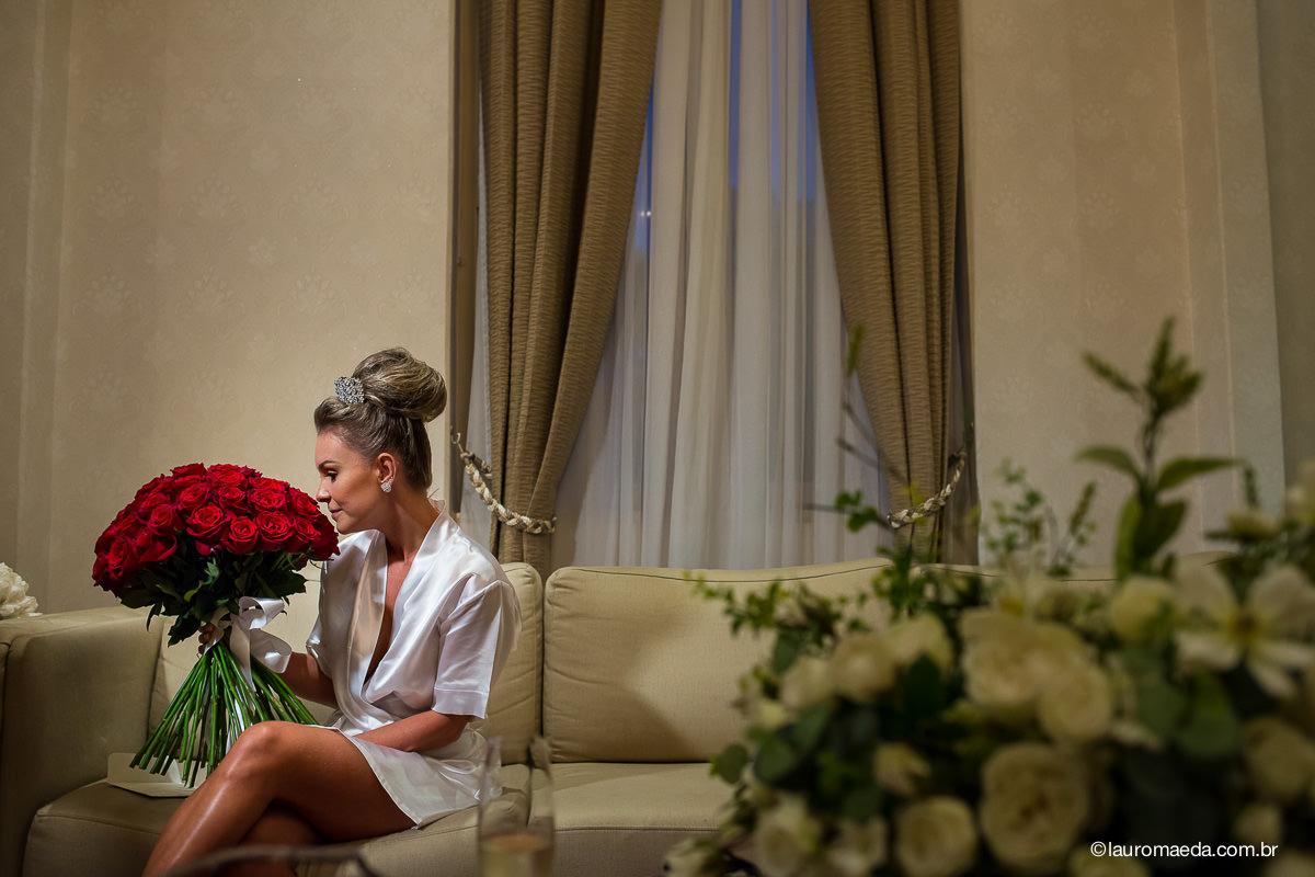 A noiva recebeu um buquê de rosas do noivo Antonio