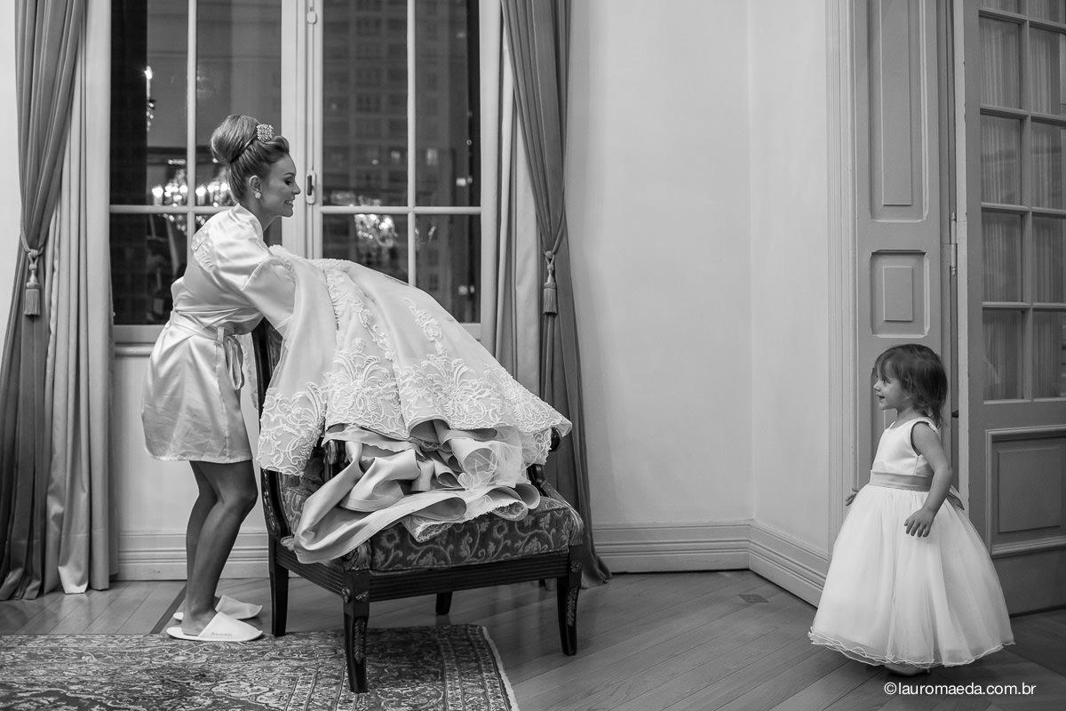 A noiva Camila sob os olhares da daminha