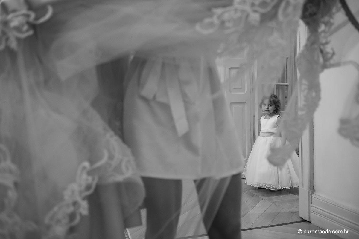 Daminha olhando para a noiva