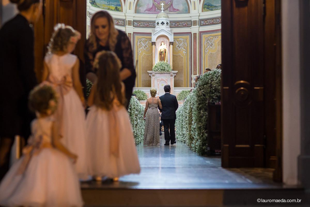 entrada do noivo Antonio e a mãe