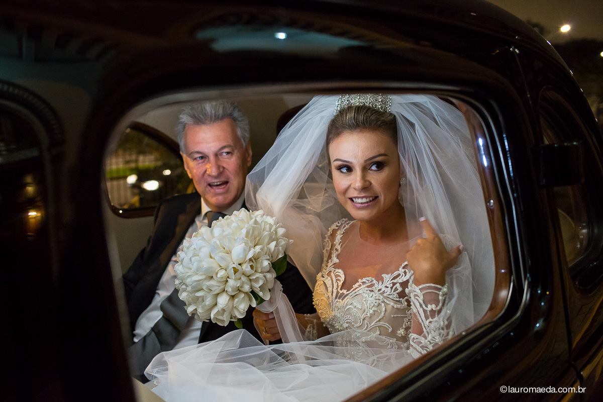 Noiva Camila no carro com o pai
