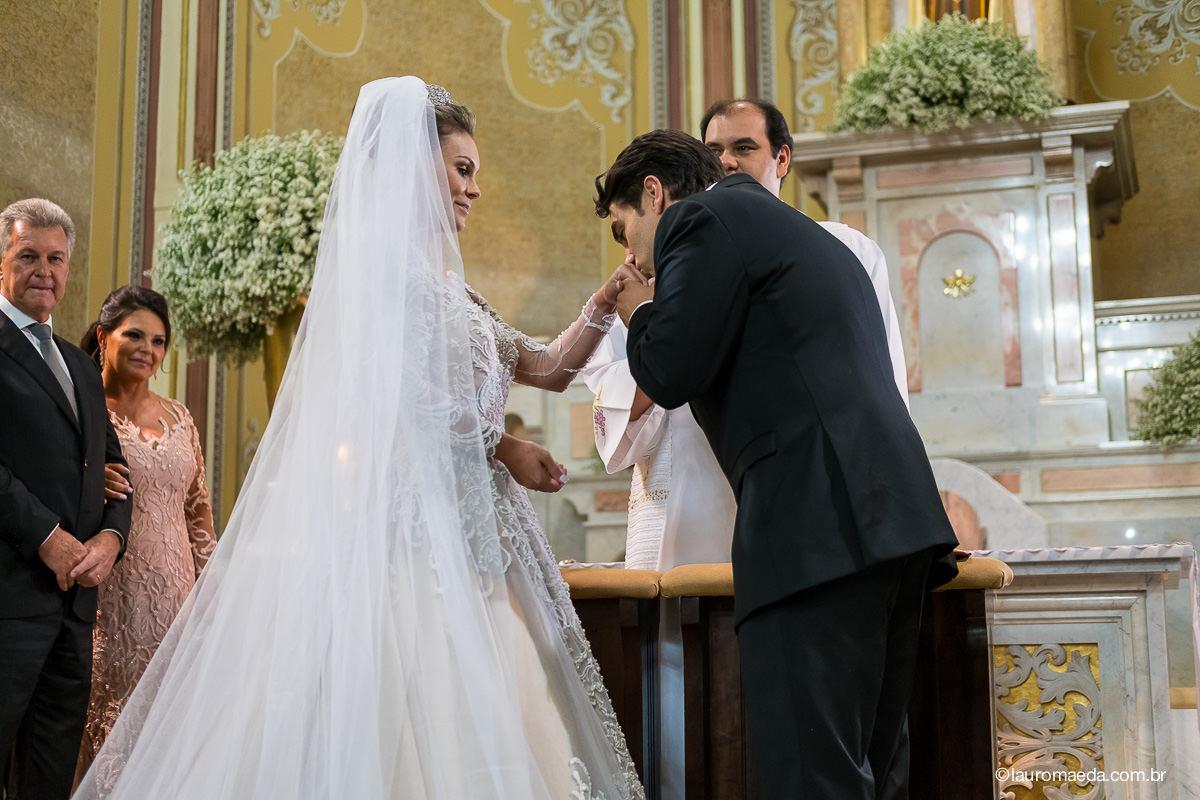 noivo beijando a mão da noiva