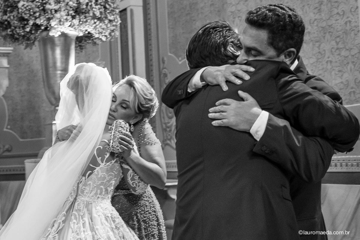 Abraços dos noivos nos pais