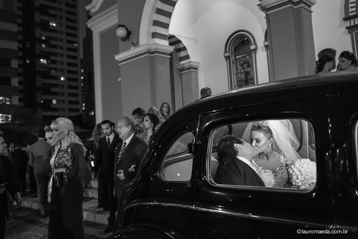 beijo dos noivos dentro do carro