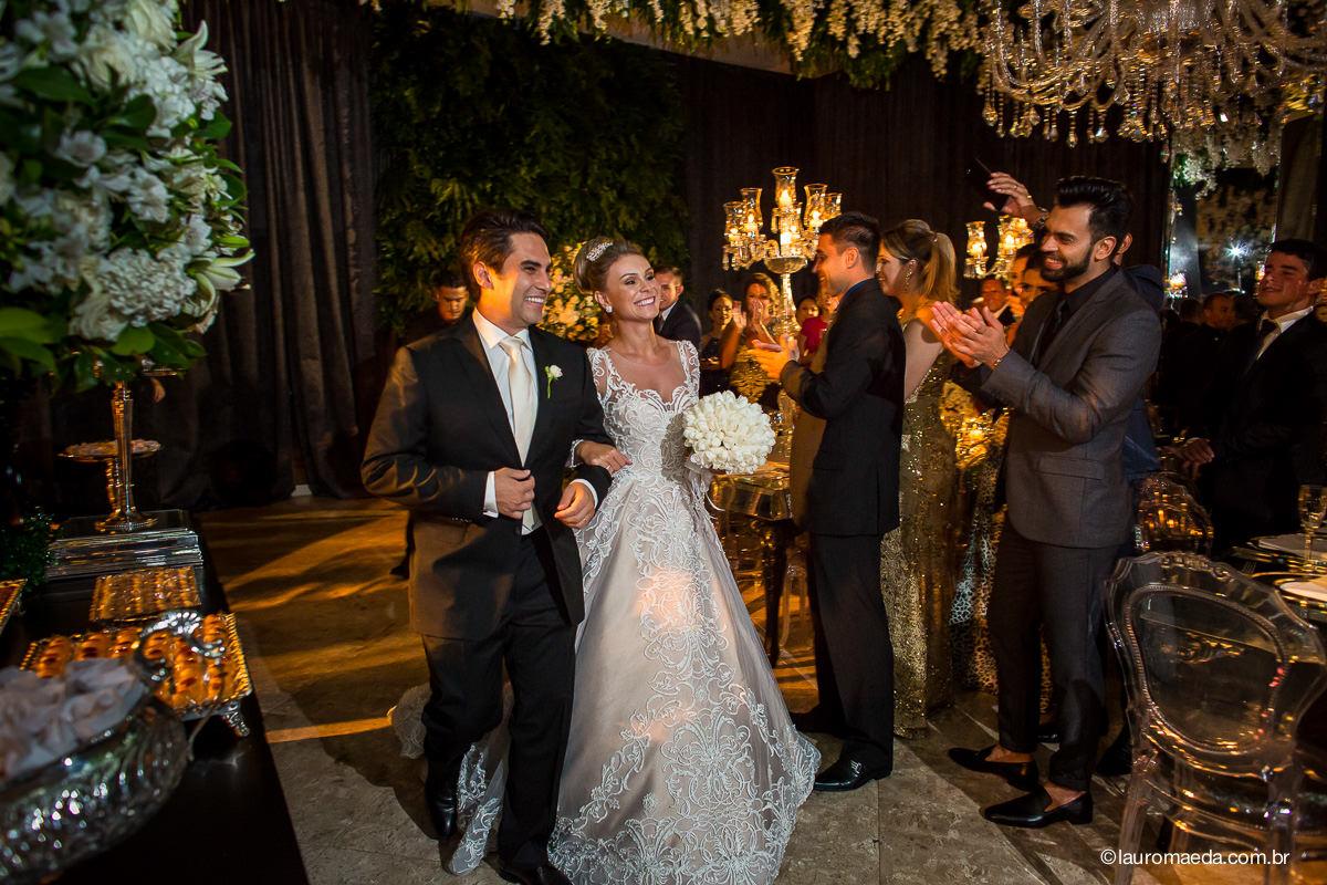 Entrada dos noivos Camila e Antonio na festa