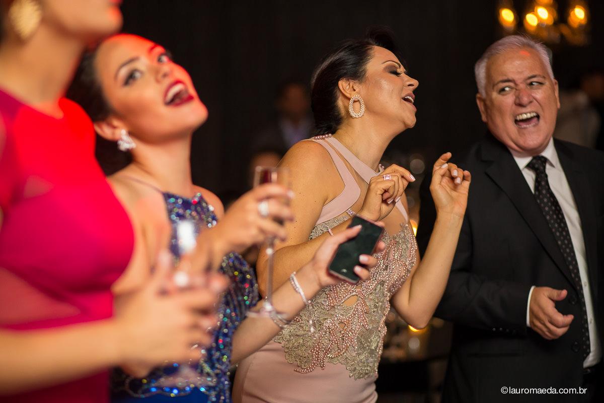 Convidados dançando na festa da Camila e Antonio