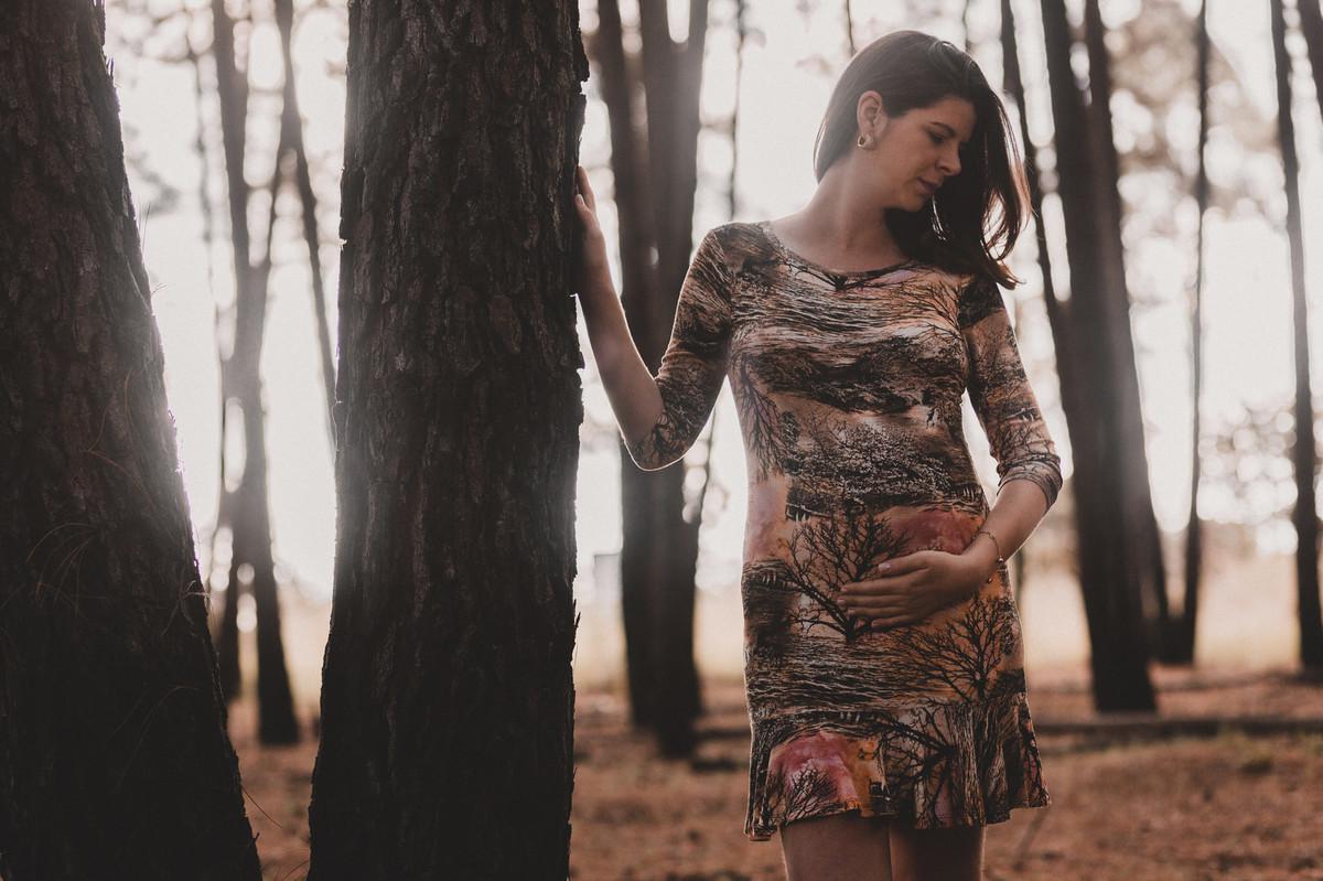 Ensaio de Gestante Ana Flávia e Guilherme.Mulher grávida em floresta. Foto feita pelo fotógrafo Gabriel Pelaquim.