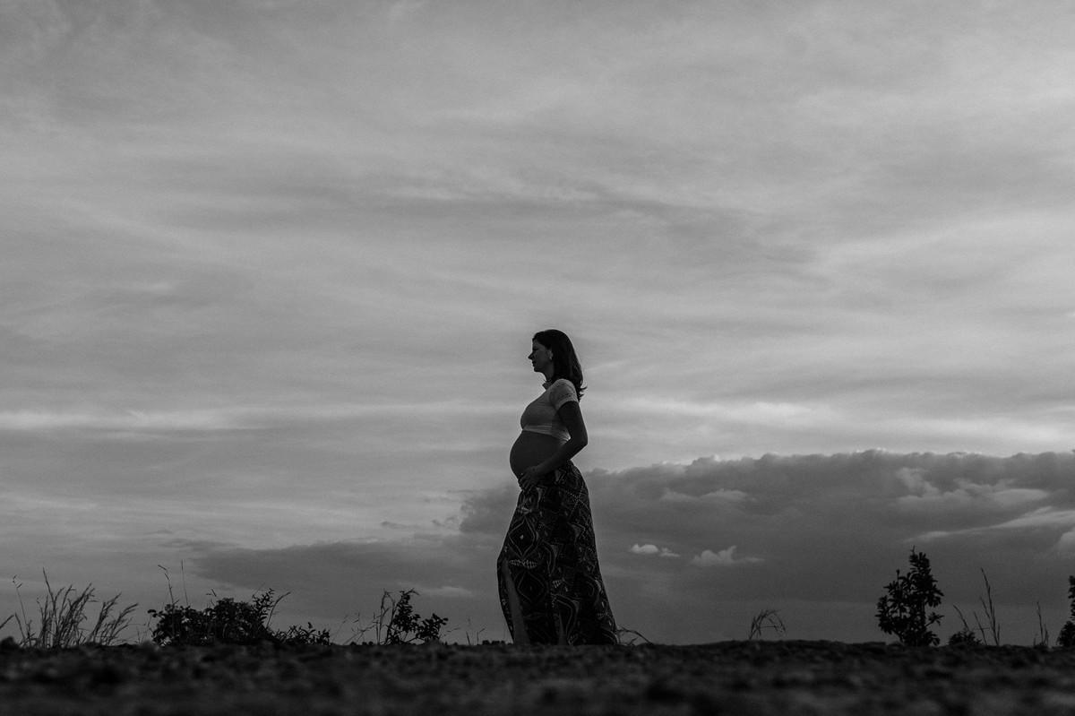 Ensaio de Gestante Ana Flávia e Guilherme. Mulher grávida no mato em Brasília. Foto feita pelo fotógrafo Gabriel Pelaquim.