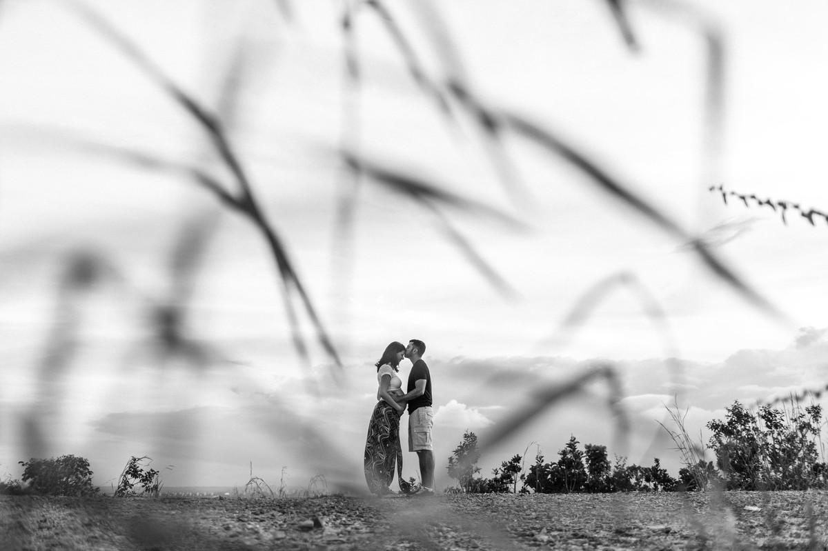 Ensaio de Gestante Ana Flávia e Guilherme. Casal abraçado no mato em Brasília. Foto feita pelo fotógrafo Gabriel Pelaquim.