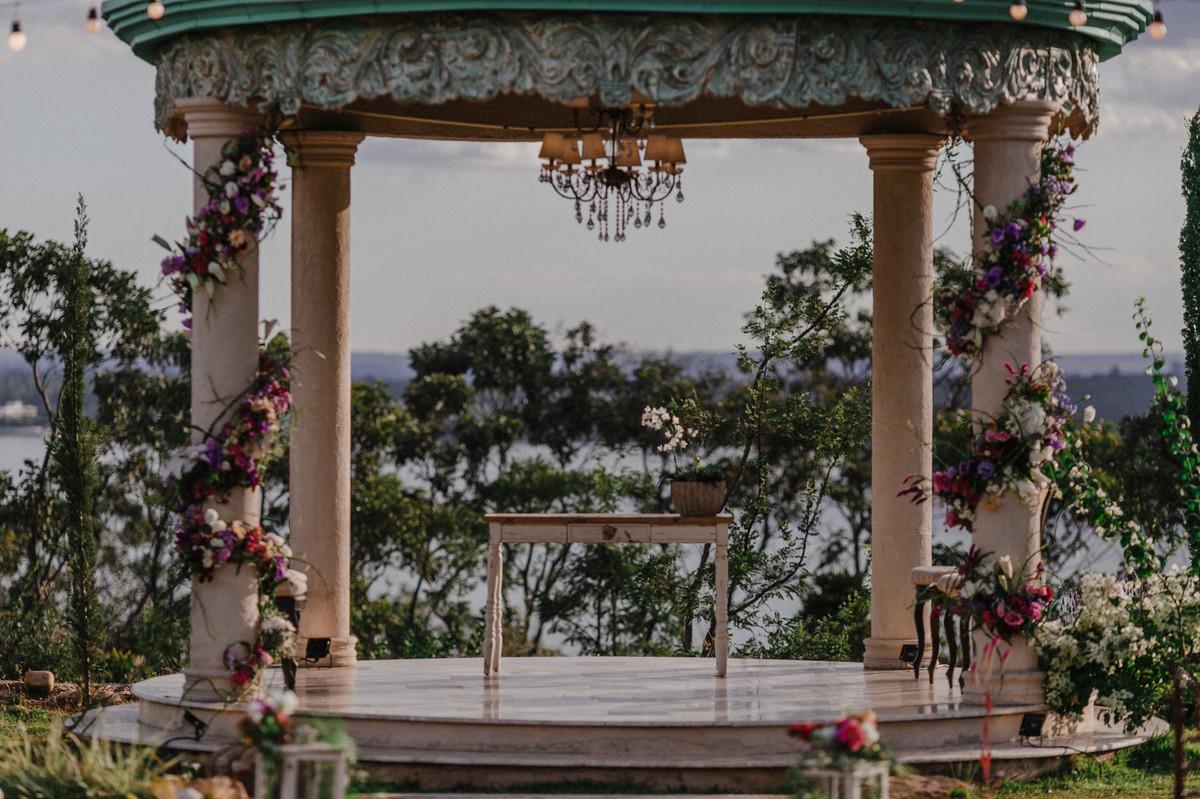 Decoração do altar do Villa Giardini. Foto pelo fotógrafo de casamento Gabriel Pelaquim.