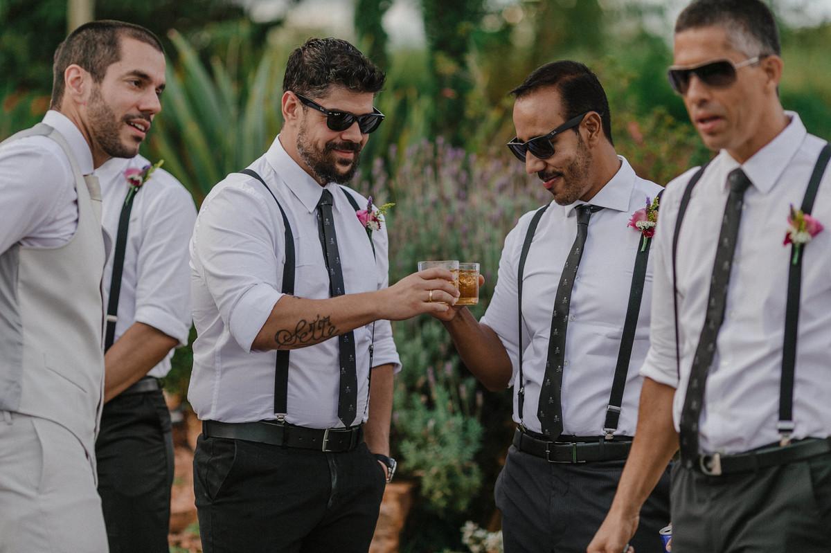 Noivo com seus padrinhos. Foto pelo fotógrafo de casamento Gabriel Pelaquim.
