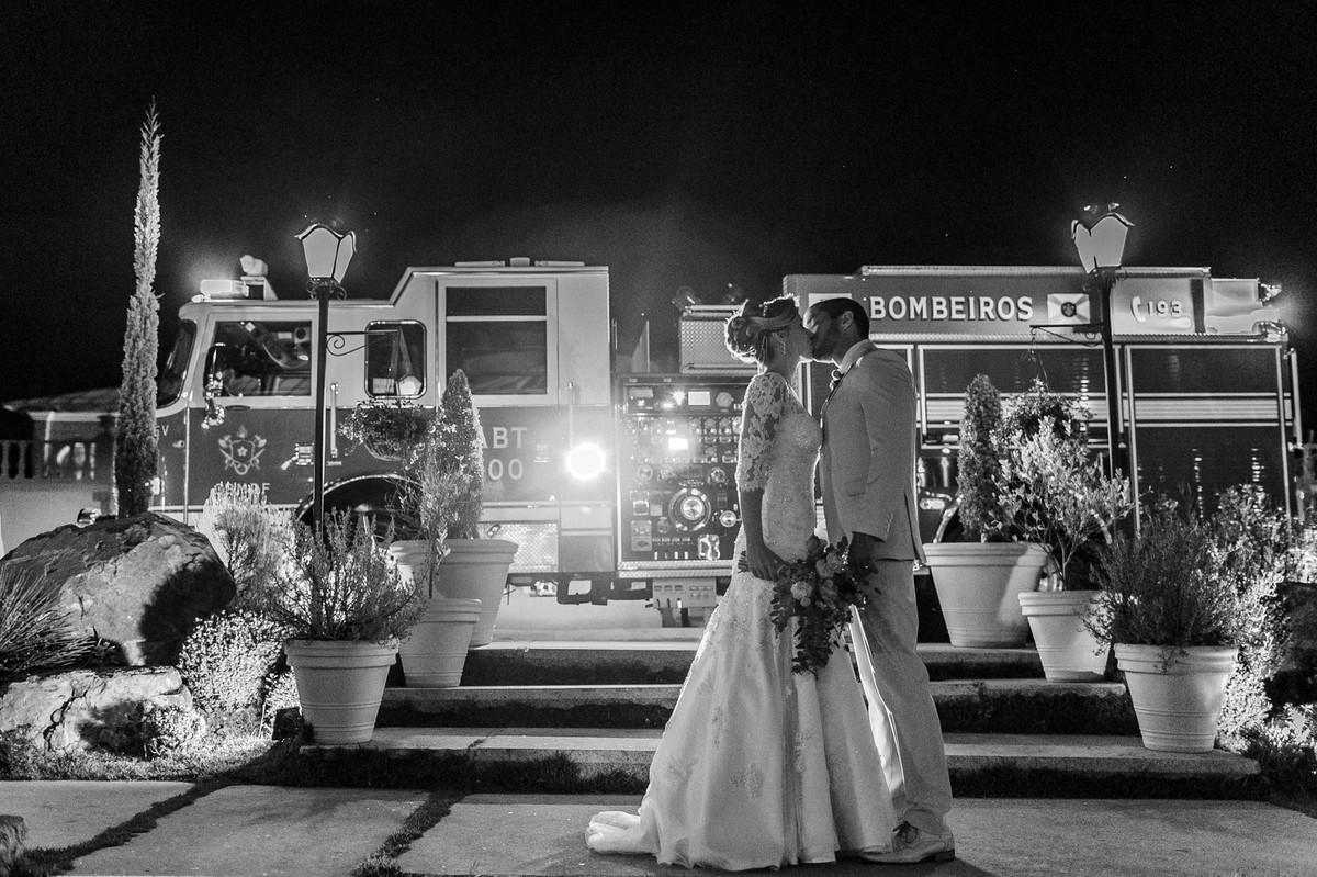 Noivos Vitor e Vanessa se beijando antes da festa. Foto pelo fotógrafo de casamento Gabriel Pelaquim.