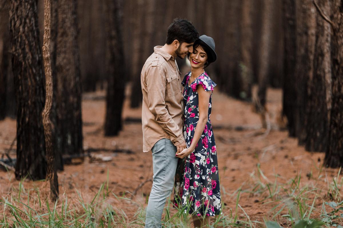 Casal de mãos dadas em floresta de pinheiros em Brasília. Foto feita pelo fotógrafo de casamento Gabriel Pelaquim.