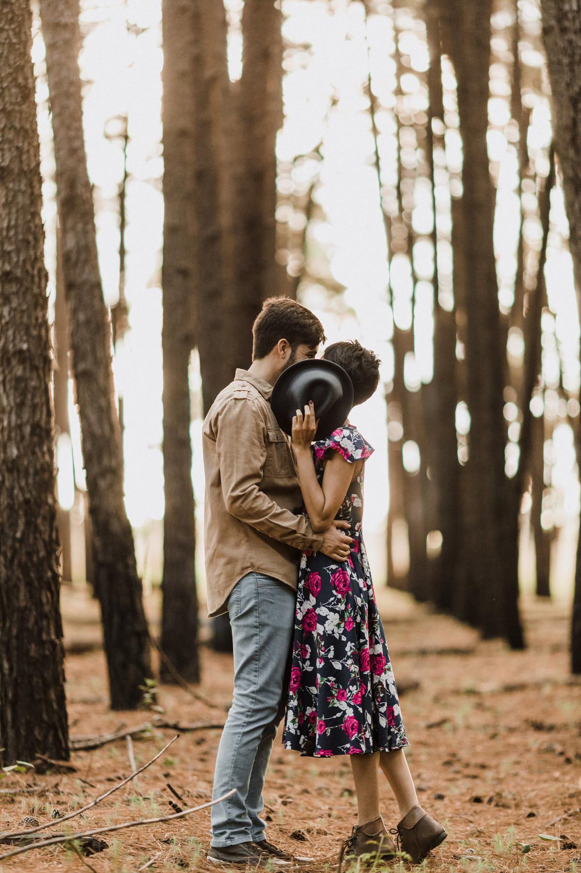 Casal abraçado em floresta de pinheiros em Brasília. Foto feita pelo fotógrafo de casamento Gabriel Pelaquim.