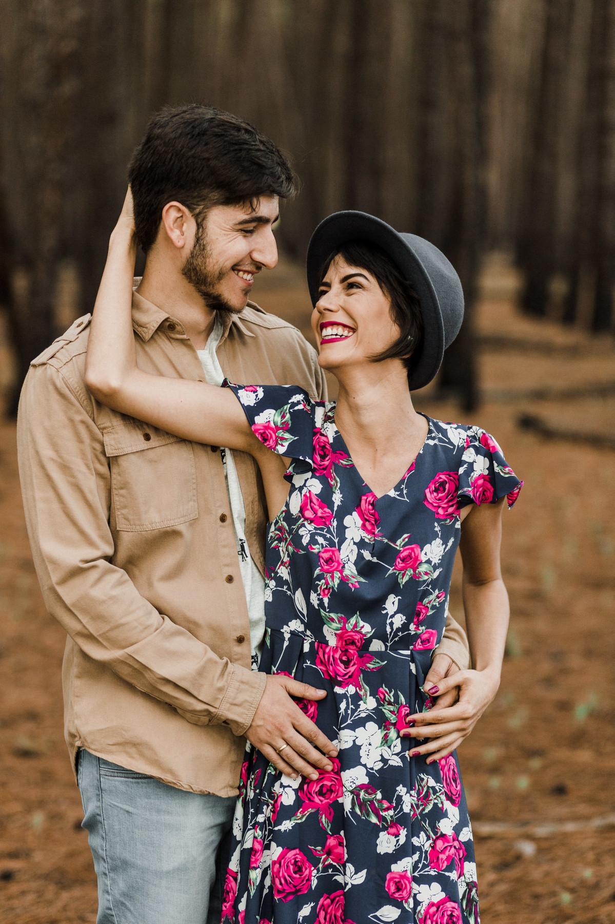 Casal abraçado sorrindo em floresta de pinheiros em Brasília. Foto feita pelo fotógrafo de casamento Gabriel Pelaquim.
