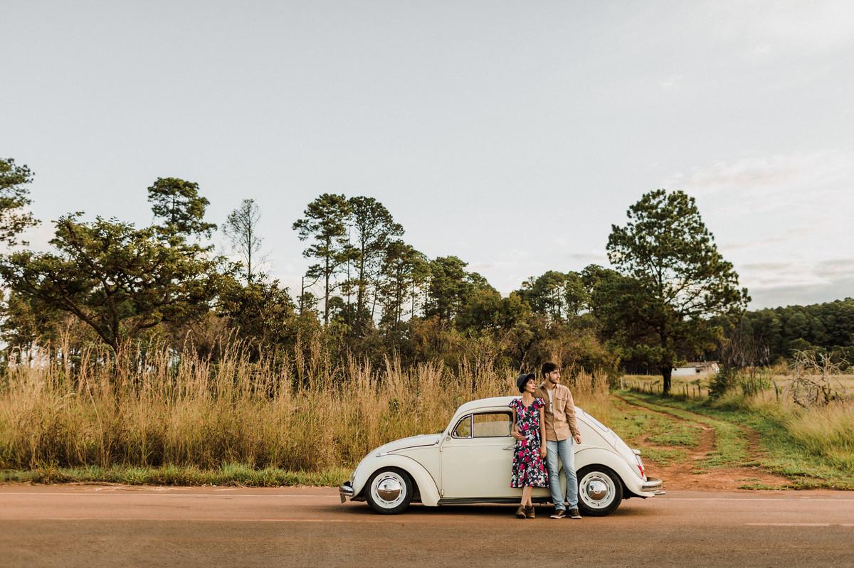 Casal em fusca na estrada em Brasília. Foto feita pelo fotógrafo de casamento Gabriel Pelaquim.