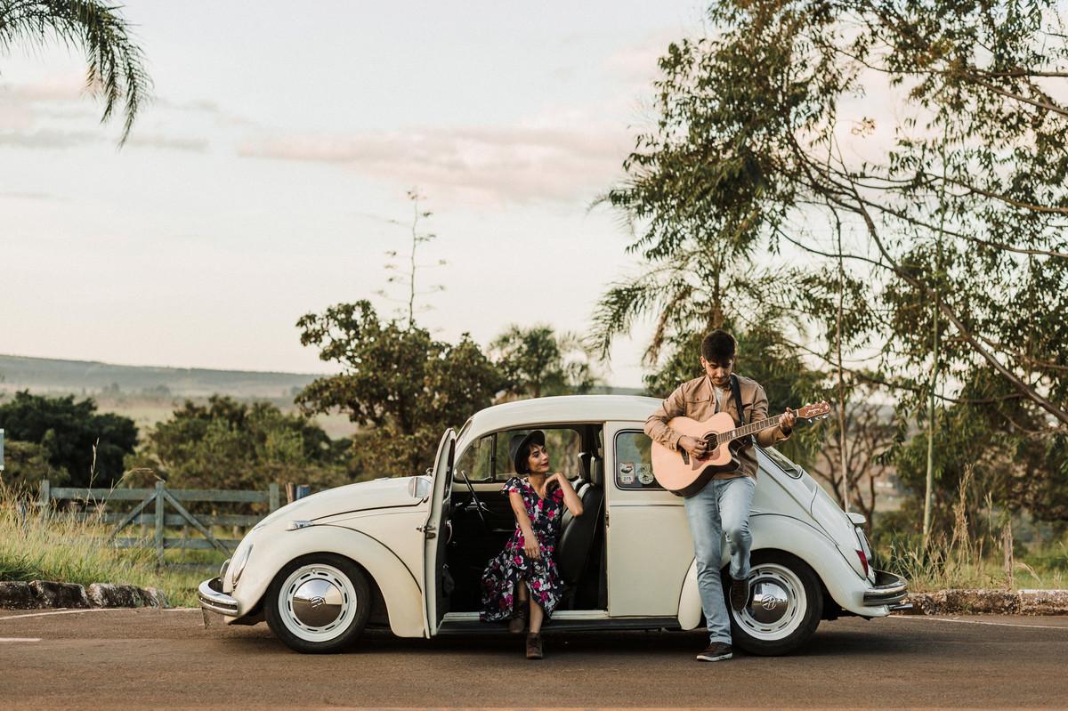 Casal se entretendo no fusca em estrada em Brasília. Foto feita pelo fotógrafo de casamento Gabriel Pelaquim.