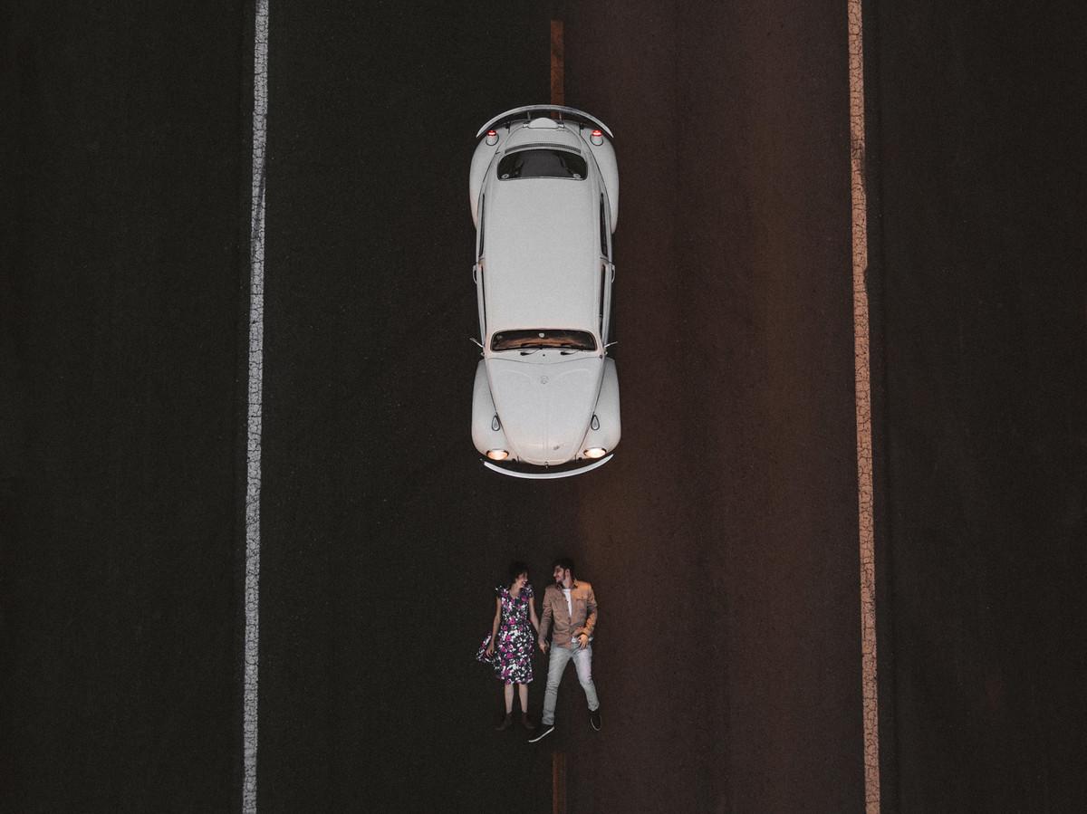 Casal deitado em estrada em Brasília.  Foto feita pelo fotógrafo de casamento Gabriel Pelaquim.