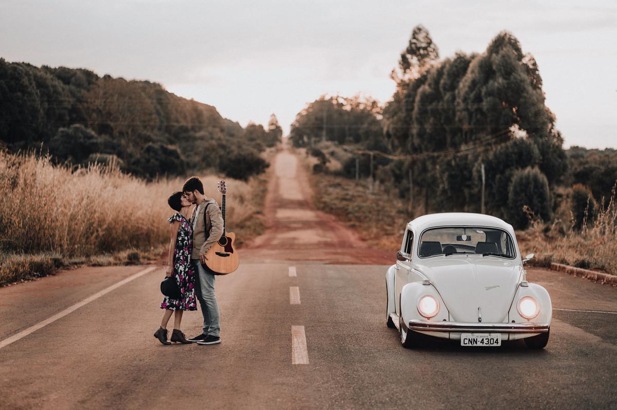 Casal abraçado se beijando em estrada em Brasília.  Foto feita pelo fotógrafo de casamento Gabriel Pelaquim.