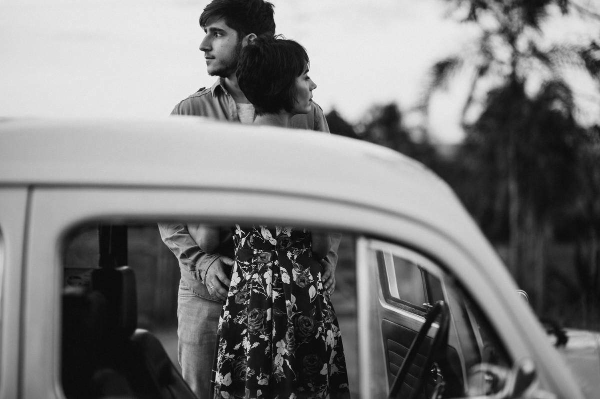 Casal abraçado em estrada em Brasília.  Foto feita pelo fotógrafo de casamento Gabriel Pelaquim.