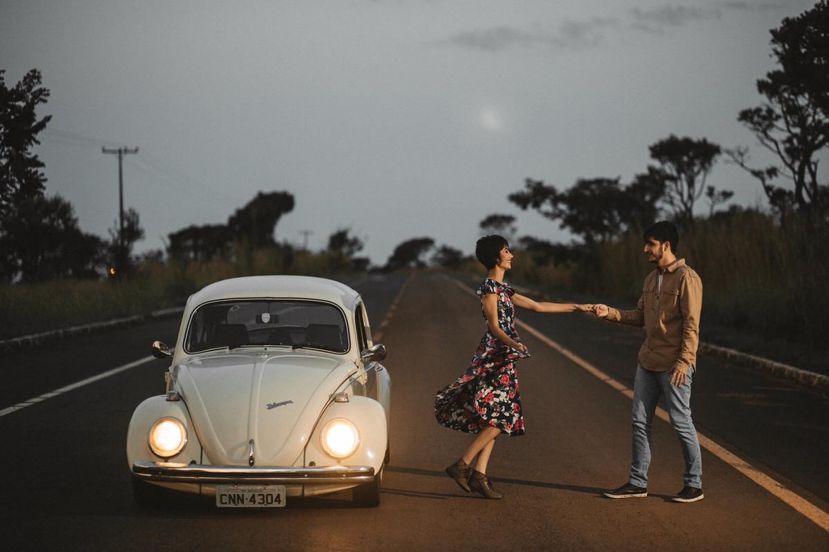Casal dançando em estrada em Brasília.  Foto feita pelo fotógrafo de casamento Gabriel Pelaquim.
