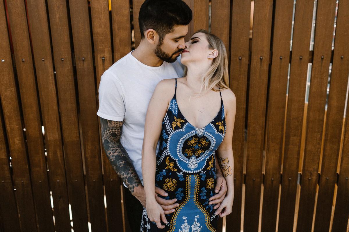 Casal abraçado se beijando em um Rancho em Brasília. Foto feita pelo fotógrafo de casamento Gabriel Pelaquim.