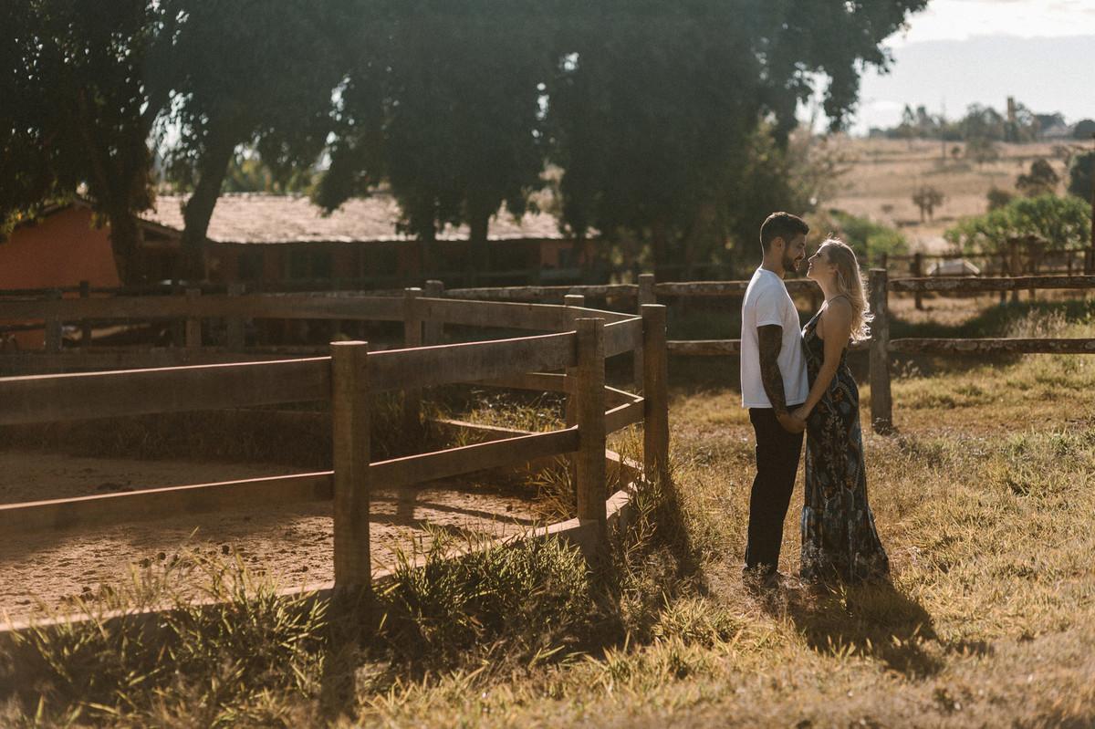 Casal de mãos dadaso em um Rancho em Brasília. Foto feita pelo fotógrafo de casamento Gabriel Pelaquim.