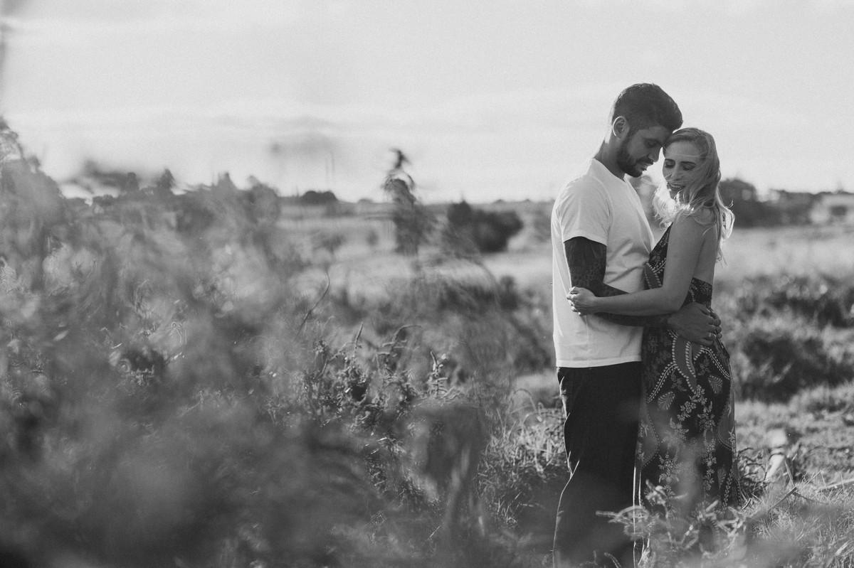 Casal abraçado em um Rancho em Brasília. Foto feita pelo fotógrafo de casamento Gabriel Pelaquim.