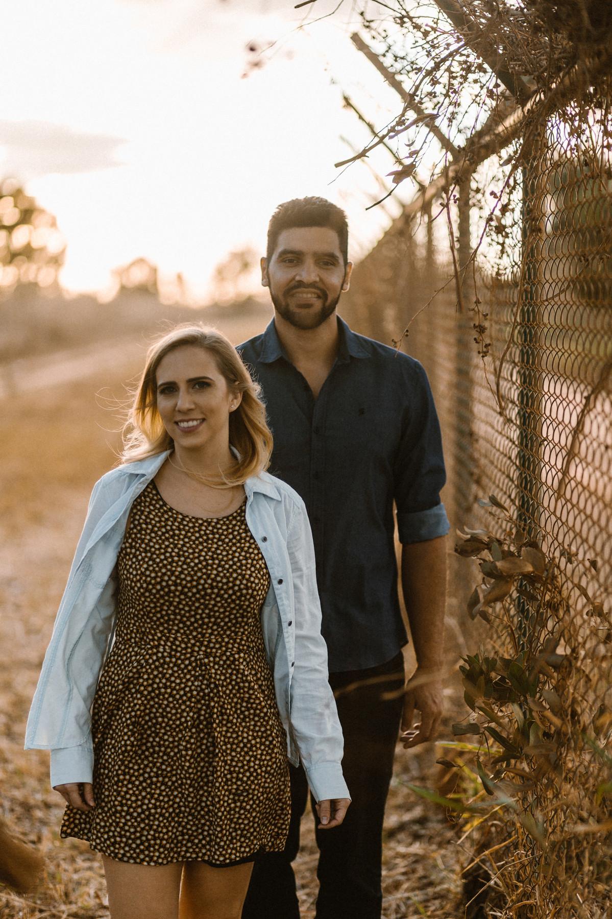 Casal sorrindo no mato em Brasília. Foto feita pelo fotógrafo de casamento Gabriel Pelaquim.