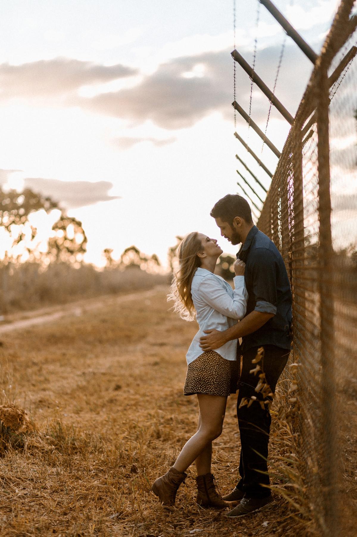 Casal abraçado no mato em Brasília. Foto feita pelo fotógrafo de casamento Gabriel Pelaquim.