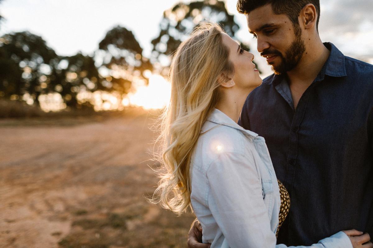 Casal abraçado sorrindo durante o pôr-do-sol em Brasília.  Foto feita pelo fotógrafo de casamento Gabriel Pelaquim.