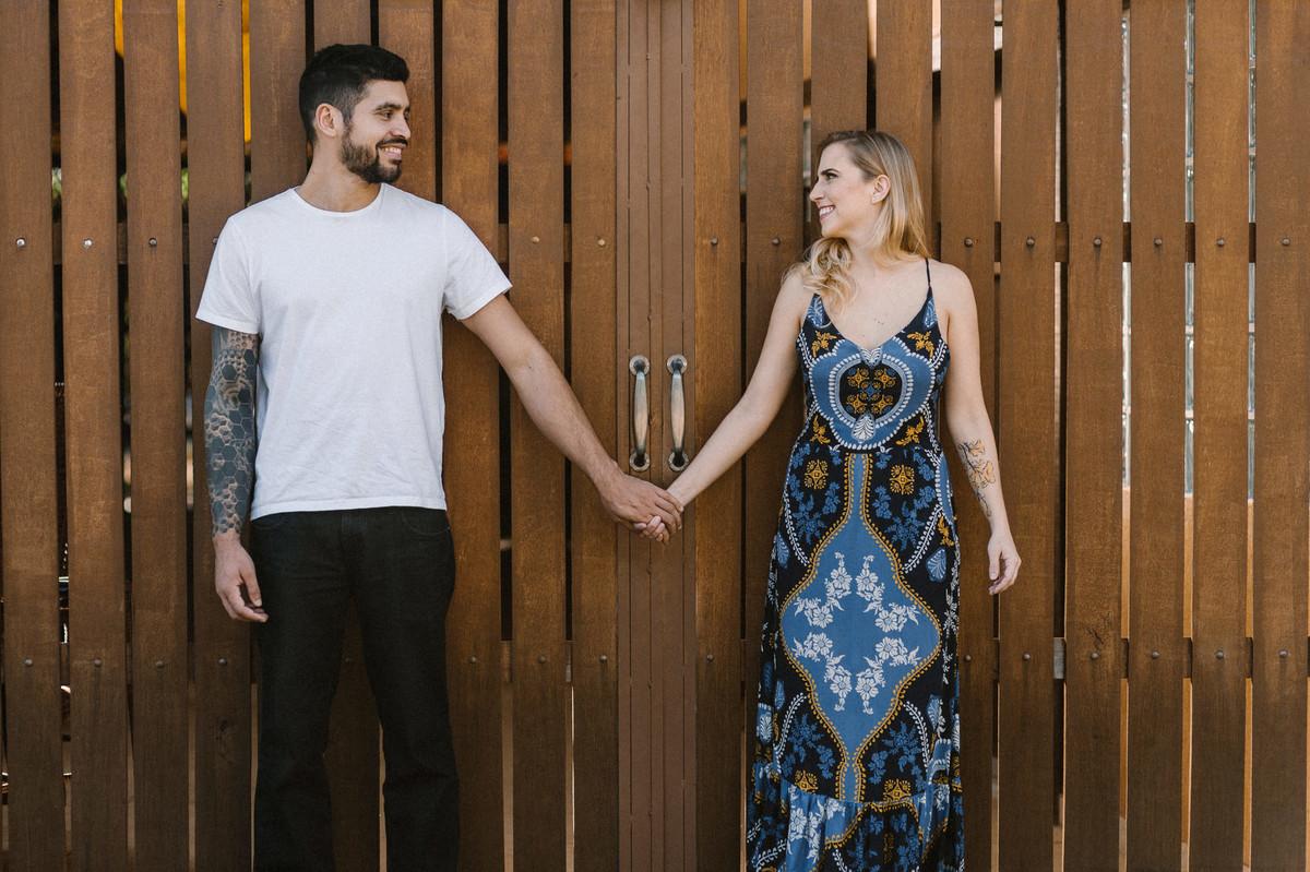 Casal de mãos dadas em um Rancho em Brasília. Foto feita pelo fotógrafo de casamento Gabriel Pelaquim.