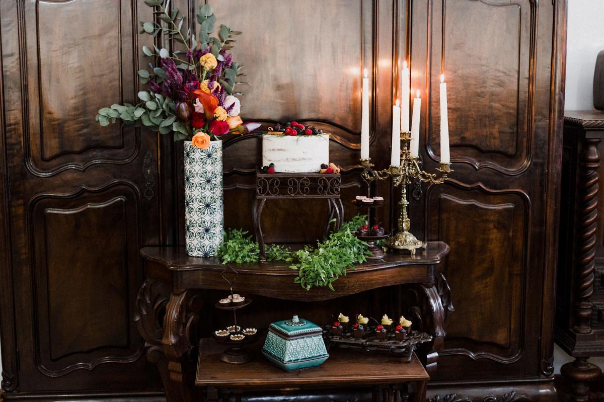 Decoração da mesa do bolo.  Foto feita pelo fotógrafo de casamento Gabriel Pelaquim.